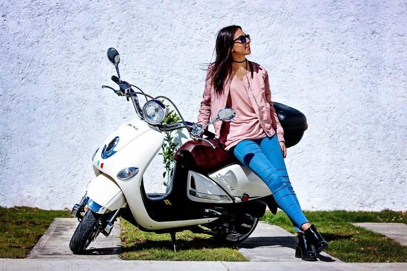 RAgazza su scooter 50cc: Quale assicurazione scegliere?